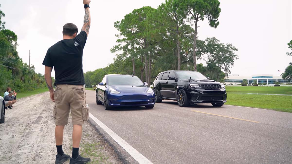 Tesla Model 3 vs. Jeep Trackhawk drag race (cars at the start line).