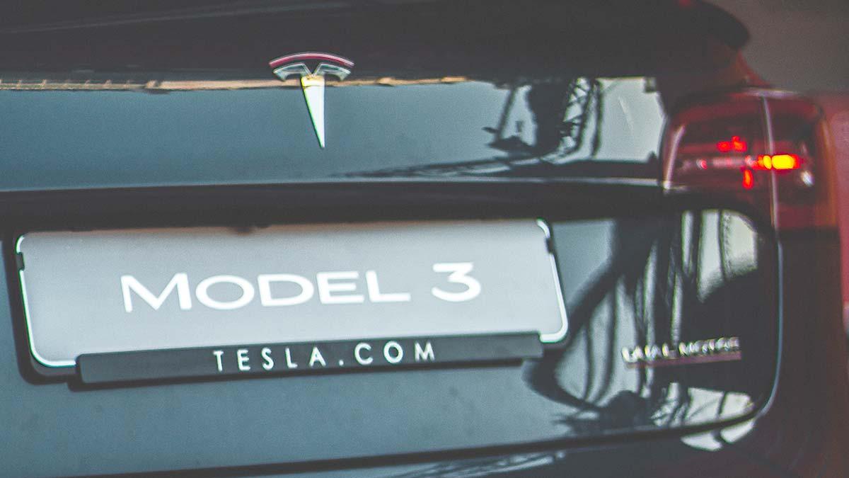 Tesla Model 3 rear license plate with Tesla.com written underneath.