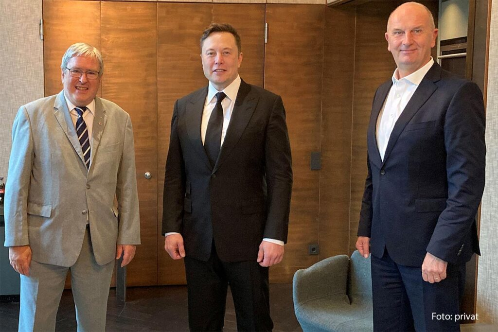 Elon Musk with Brandenburg Prime Minister Dietmar Woidke and Minister of Labor and Energy Prof. Dr. Ing. Jörg Steinbach.
